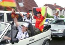 Können sogar betrunken mit Sprengstoff an Bord den Deutschlandsieg genießen: Aufgeregte Pseudofans.