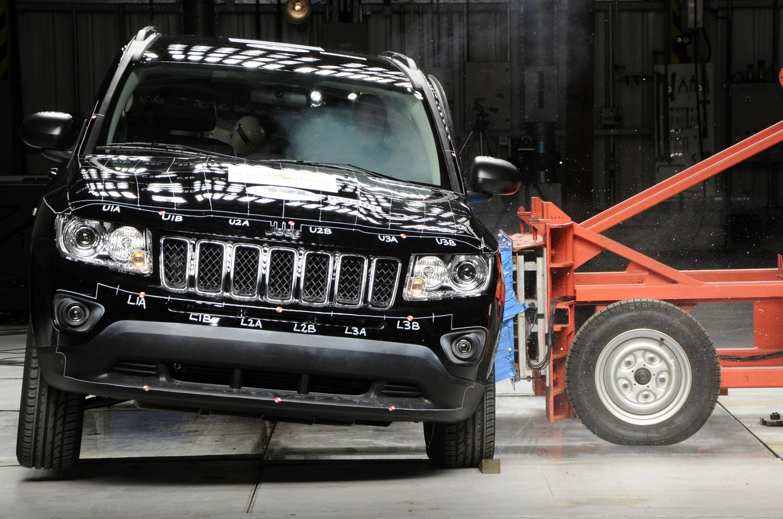 Die Automobilindustrie hat geschlampt: Die lebensgefährlichen Blechdosen sind im Vergleich zu einem Rammbock nicht mehr als ein Selbstmordinstrument.  Bild: ampnet